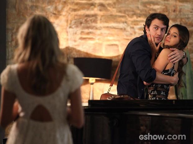 Lívia chega e atrapalha beijo entre os namorados (Foto: Carol Caminha / TV Globo)