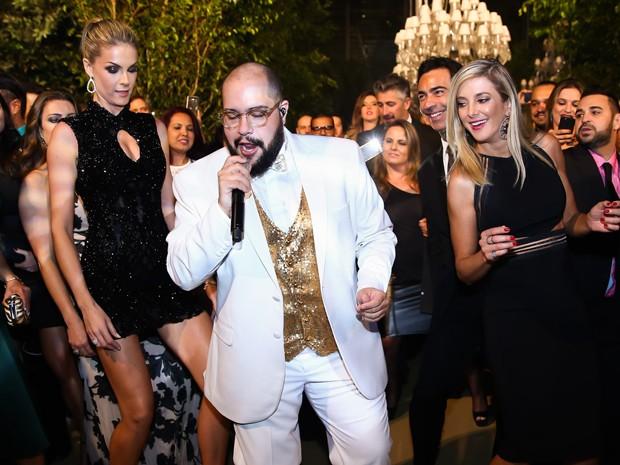 Ana Hickmann e Ticiane Pinheiro dançam ao som de Tiago Abravanel (Foto: Manuela Scarpa/Brazil News)