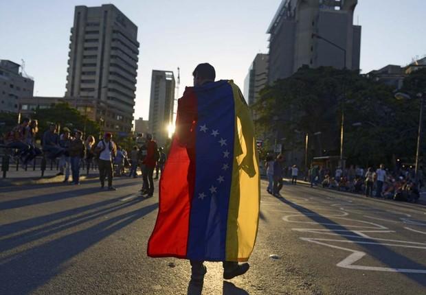 Manifestante carrega bandeira da Venezuela durante protesto contra o governo de Nicolás Maduro (Foto: Raul Arboleda)