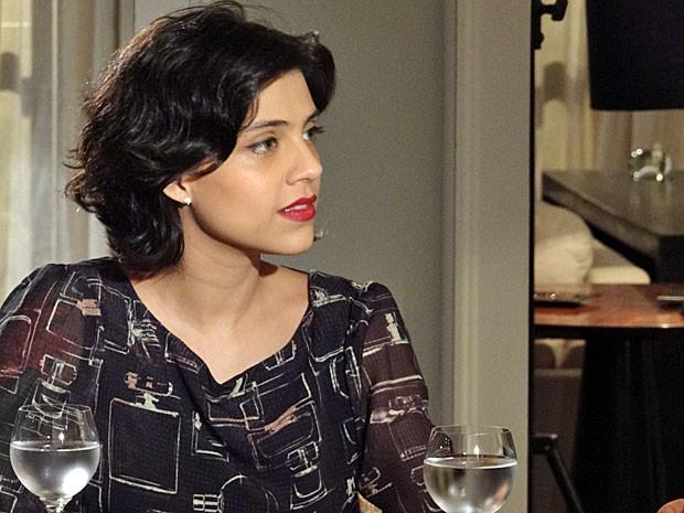 Miriam fica impressionada com relato (Foto: Amor Eterno Amor / TV Globo)