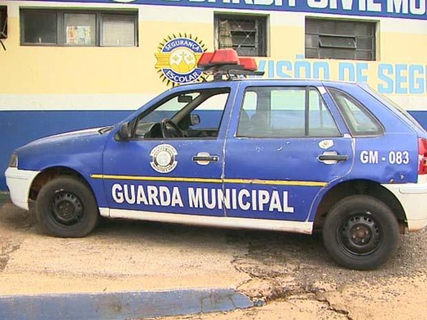 Há mais de 10 anos na rua, única viatura da Guarda Municipal não recebe manutenção (Foto: Paulo Souza/EPTV)
