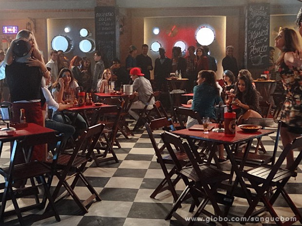Mas a louca da Damáris chega e acaba com a festa dos dois (Foto: Sangue Bom/TV Globo)