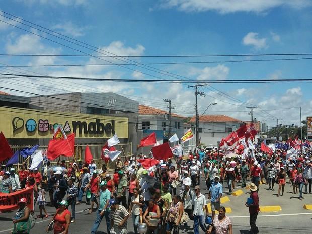Caminhada pró-Dilma bloqueou parte do trânsito em direção ao centro de Maceió (Foto: Lucas Leite/G1)
