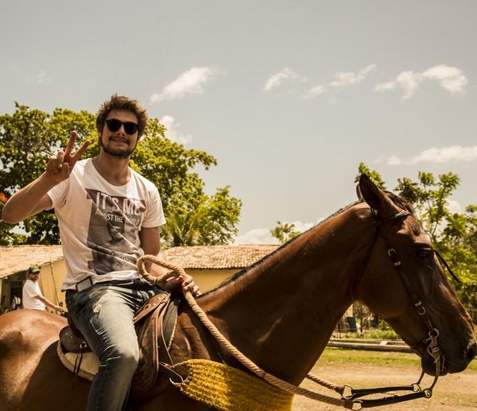 Rafael Vitti aproveita a visita aos sets de gravação para cavalgar (Foto: Adriana Garcia/ Gshow)