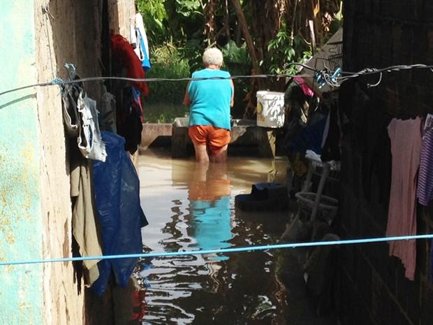 Chuva alaga casa no bairro Valentina em João Pessoa (Foto: Walter Paparazzo/G1)