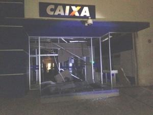 Caixa eletrônico foi explodido pelos criminosos (Foto: G1)