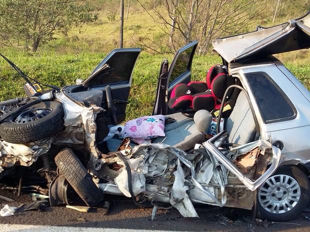 Carro ficou totalmente destruído após colisão envolvendo um caminhão. (Foto: Felipe Pugliese/TV TEM)