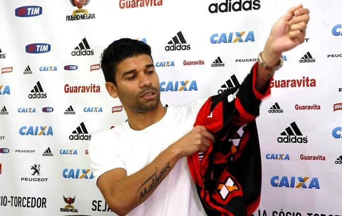 Eduardo da Silva apresentado no Flamengo (Foto: Marcos Tristão / Agência O Globo)