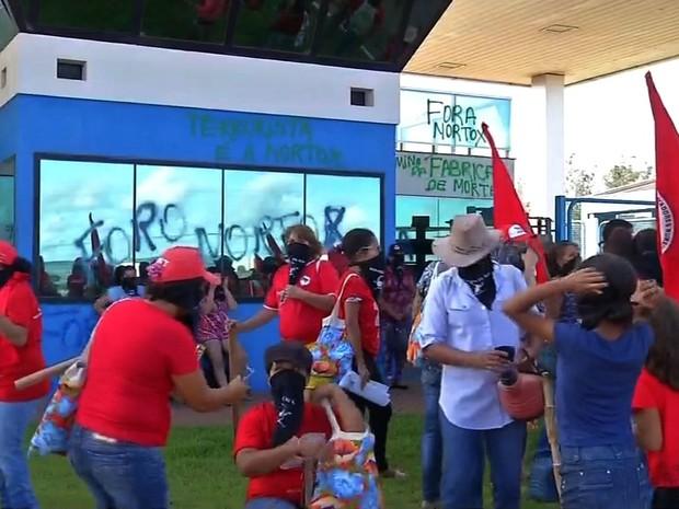 Manifestantes picharam fachada de empresa de agrotóxicos em Rondonópolis (Foto: Reprodução/ TVCA)