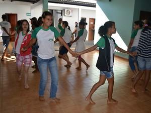 Alunos do Cernic ensaiando para as apresentações da feira (Foto: Magda Oliveira/G1)