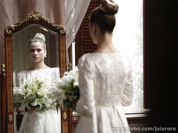 Luiza Valdetaro se veste de noiva para o casamento de Hilda (Foto: Fábio Rocha/TV Globo)