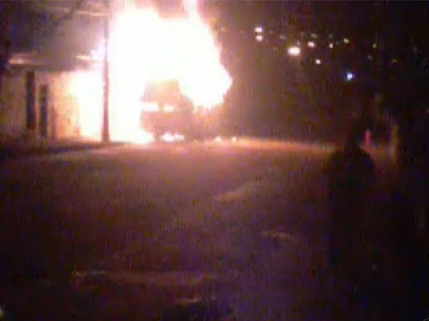 Moradores registraram ônibus em chamas no bairro Centenário em Varginha (Foto: Reprodução EPTV)