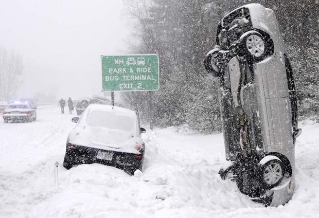 Em 2011, um carro ficou na vertical depois de um acidente em uma rodovia ao norte de Salem, no estado de New Hampshire (EUA). Ninguém ficou ferido (Foto: Tim Jean/The Eagle-Tribune/AP)