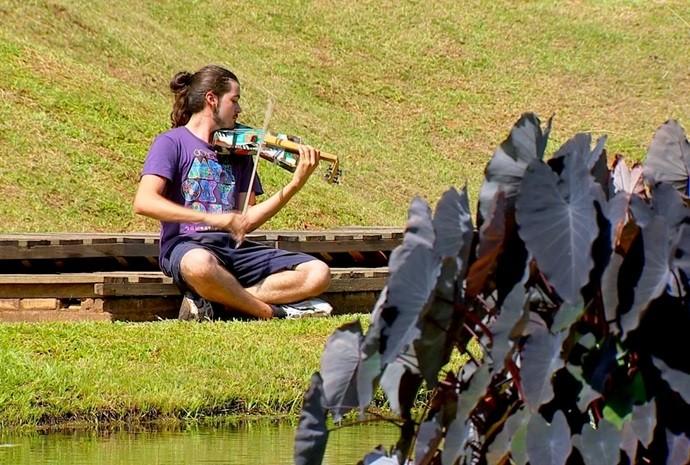 Gabriel é um grande apaixonado por música e pelos instrumentos (Foto: Reprodução / TV TEM)