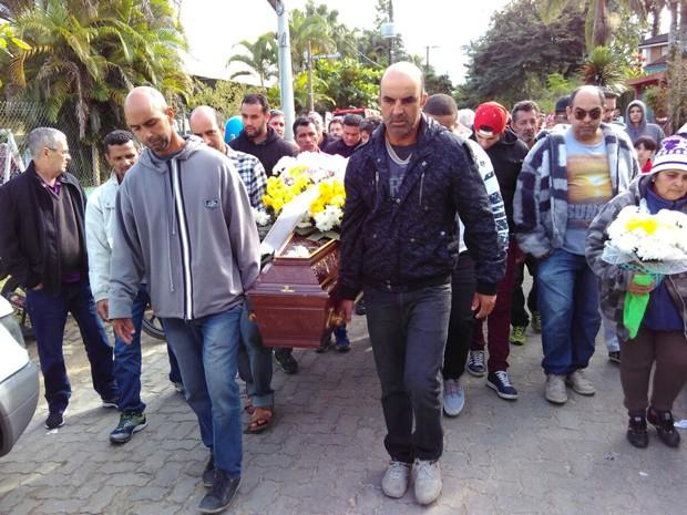 Corpos de nove vítimas de acidente são enterrados em São Sebastião (Foto: Filipe Rodrigues/ G1)