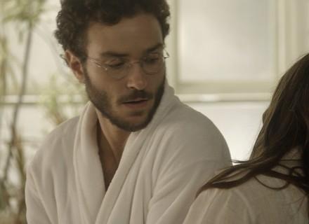Elio pega fio de cabelo de Marina para fazer teste de DNA