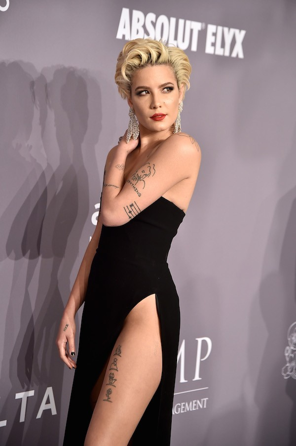 A cantora Halsey no amfAR Gala 2018 (Foto: Getty Images)