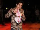 Luan Santana ganha sutiã de fã em show e aprova cheirinho