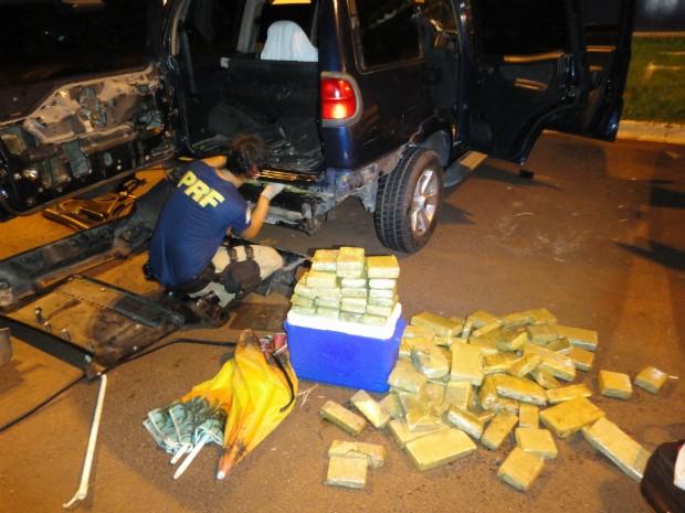 Droga estava escondida em fundos falsos do veículo com placas da Argentina (Foto: PRF/Divulgação)
