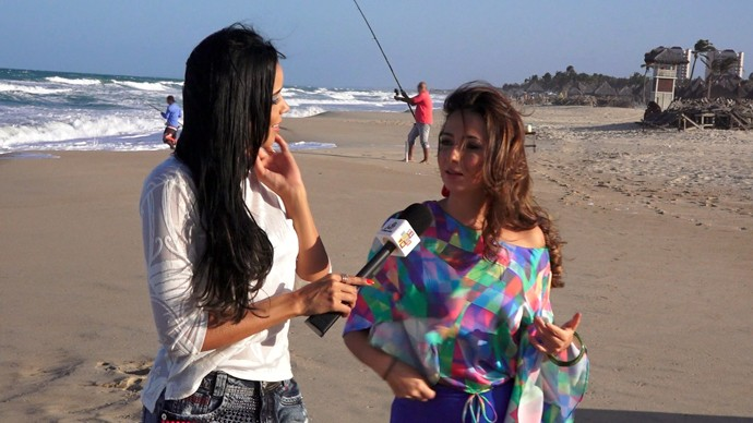 Niara Meireles e Luciana Araújo fazem passeio na praia. (Foto: Produção / Se Liga VM)