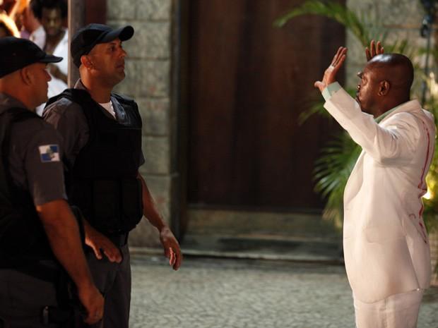 Pescoço vai em cana (Foto: Salve Jorge/TV Globo)