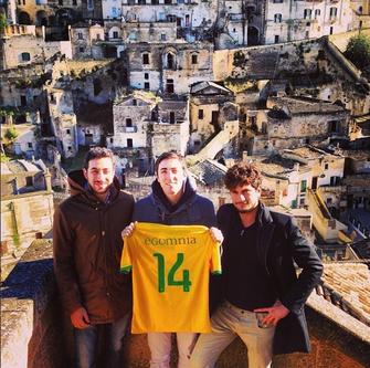 Perfil de Matthew Achilli, fundador do Egomnia, e equipe com bandeira do Brasil (Foto: Reprodução/Instagram/MatthewAchilli)