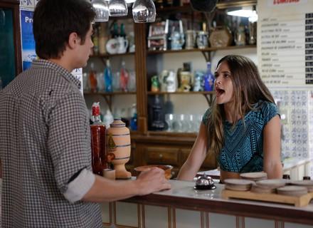 Cassandra empata Débora e expulsa Charles achando que ele só quer o dinheiro da loteria