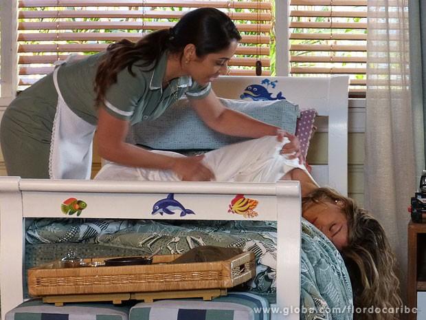 Zuleika tenta acordar Ester (Foto: Flor do Caribe / TV Globo)