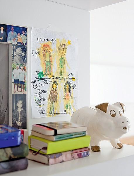 O quarto dos pais Ana Paula e Carlos é decorado por fotos e desenhos do filho Francisco, 4 anos. O menino fica orgulhoso ao ver sua obra de arte exibida. Projeto de Claudia Pecego (Foto: Fran Parente/Casa e Jardim)