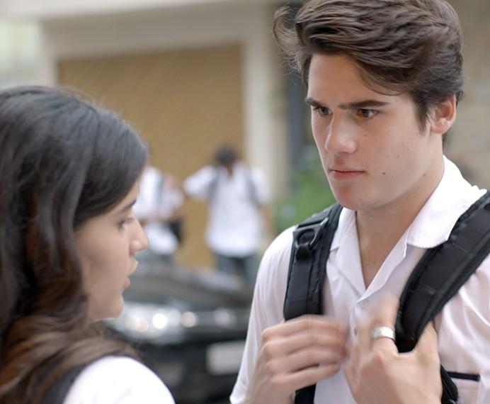 Rodrigo não entende como Lívia se meteu na confusão com Nanda (Foto: TV Globo)