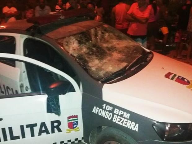 Em Afonso Bezerra, além de explodirem o cofre da agência dos Correios, criminosos ainda metralharam a base e o carro da PM da cidade (Foto: PM/Divulgação)