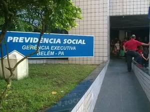 Servidores do INSS fazem piquete nesta terça-feira (7) na entrada do prédio da Agência da Previdência Social (APS) localizada em Belém. (Foto: Luana Laboissiere/G1)