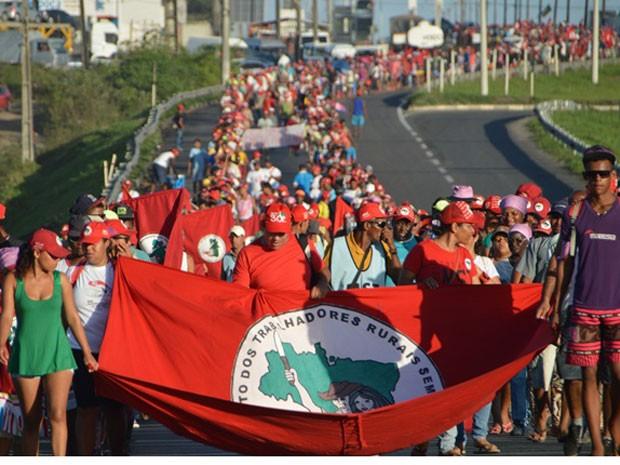 Seis mil agricultores ocuparam BR-324 na manhã desta terça  (Foto: Ed Santos/Acorda Cidade)