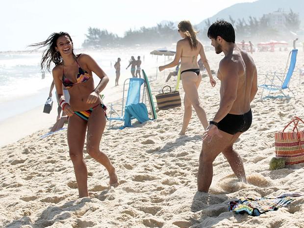 Bruna e Duda brincam na areia (Foto: Salve Jorge / TV Globo)