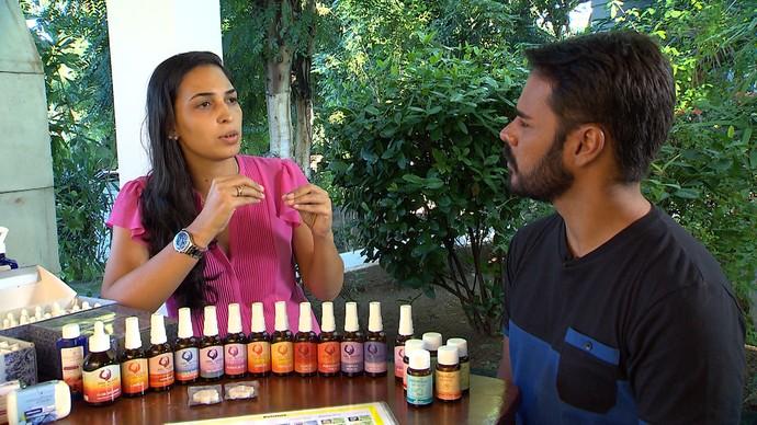Priscila Dietz diz a Pablo Vasconcelos o que é mito e o que é verdade no uso dos florais (Foto: TV Bahia)