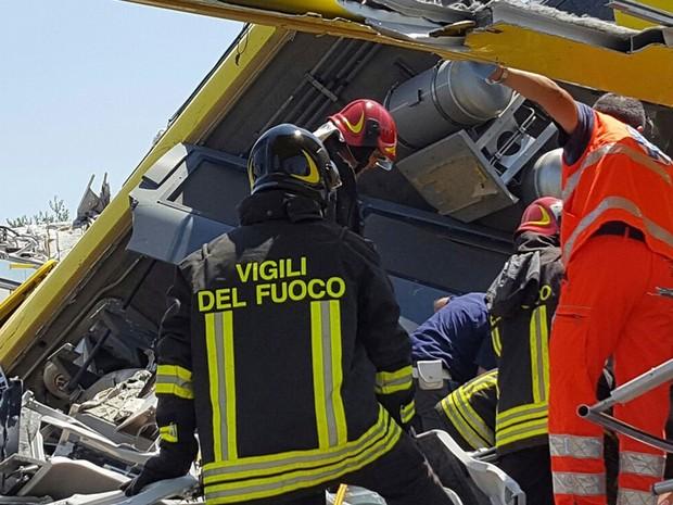 Equipes de resgate buscam sobreviventes após colisão frontal entre dois trens, no sul da Itália, nesta terça-feira (12)) (Foto: Italian Firefighter Press Office/AP)