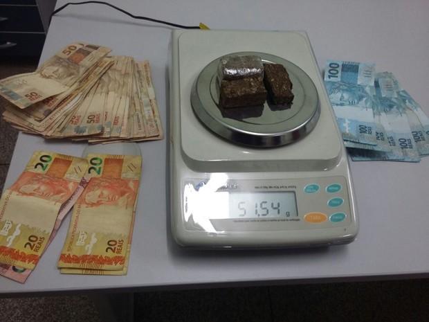 Foram apreendidos mais de 50 quilos de maconha e dinheiro  (Foto: Divulgação/ Polícia Militar)