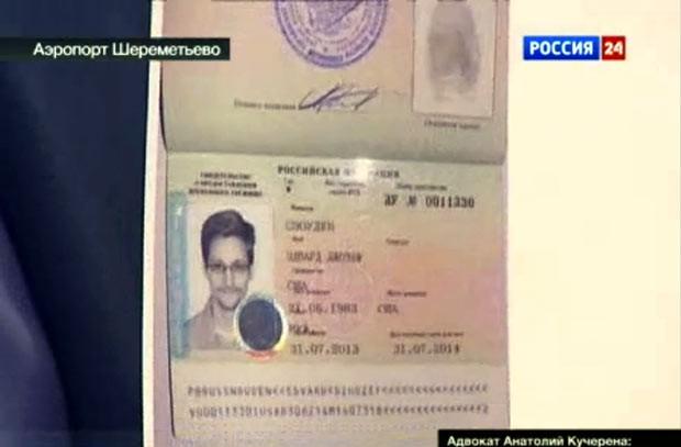 Cópia do documento provisório russo de Edward Snowden é mostrada nesta quinta-feira (1º) por seu advogado, Anatoly Kucherena, em Moscou (Foto: AP)