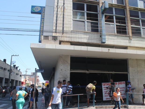Pessoas procuraram a agência do INSS, mas não foram atendidas (Foto: Catarina Costa/G1)