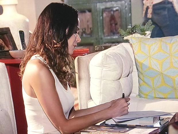 Juliana fica ressentida com a falta de compreensão de Nando (Foto: Em Família/TV Globo)