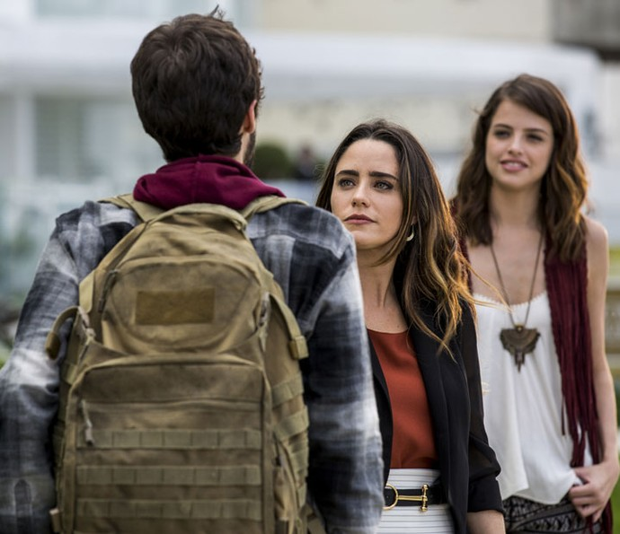 Camila vê Giovanni falando com Bruna e pergunta quem ela é (Foto: Ellen Soares/Gshow)