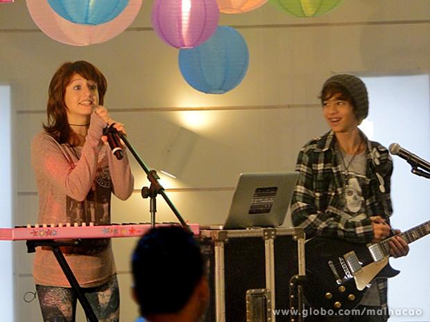 Giovana e Guilherme mandam muito bem no palco! (Foto: Malhação / TV Globo)