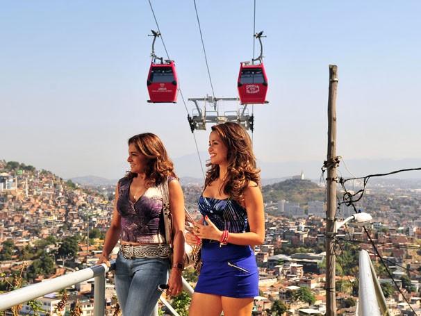 Nanda Costa e Dira Paes gravaram no Morro do Alemão (Foto: Divulgação/TV Globo)