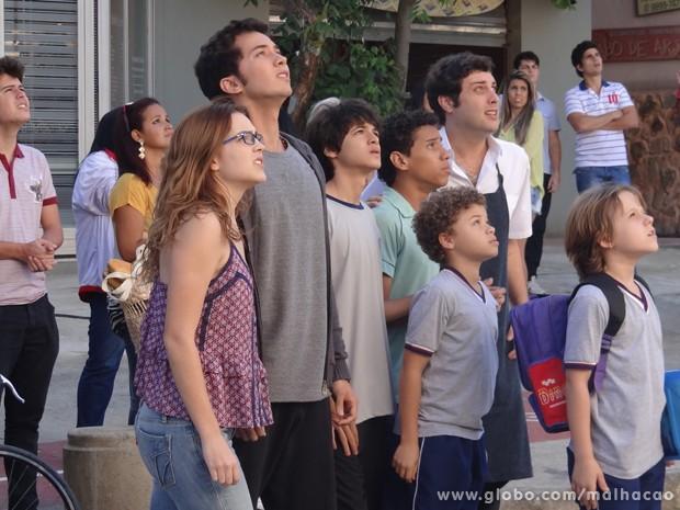 Anita, Ben, Paulino, Vitor, Pedro e Filipinho veem o terraço pegando fogo.  (Foto: Malhação/TV Globo)