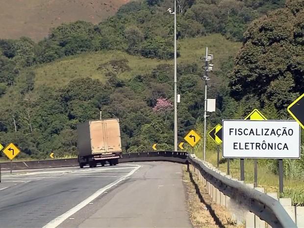 Radares na Rodovia Fernão Dias, MG (Foto: Edson Oliveira / EPTV)