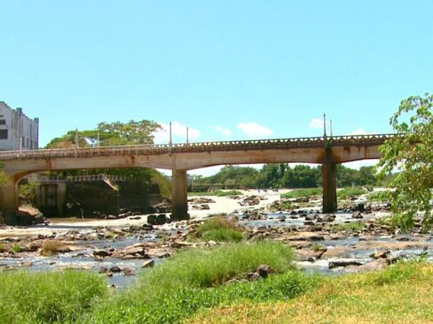 Nível do Rio Mogi Guaçu está três metros abaixo do normal em Pirassununga (Foto: Wilson Aiello/EPTV)