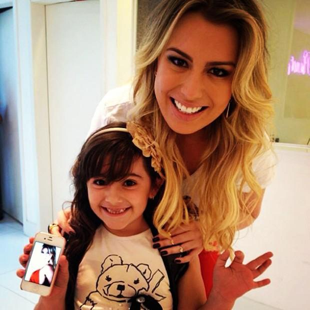 Fernanda Keulla posta foto com fã mirim (Foto: Instagram / Reprodução)