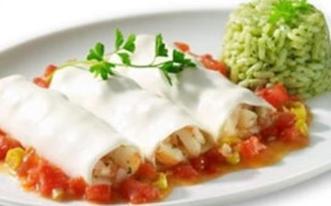 Canelone de camarão servido com arroz de espinafre