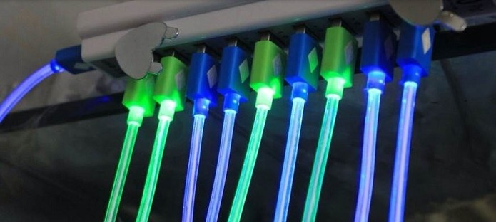 USB tem led que ilumina todo o cabo (Foto: Reprodução/Aliexpress)
