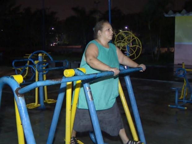 Com a falta de energia, Cláudia faz exercícios no escuro em Sumaré (Foto: Reprodução EPTV)